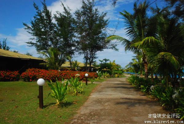 1. 拉央拉央岛上度假村内悬挂的地图上标志其位置图,这也是在提醒游客该岛属于马来西亚。  2. 拉央拉央岛航拍图。  3. 海军设立的欢迎到LIMA驻军站石碑。  4. 鹤立在岛东端的马来西亚主权碑,自1980年6月21日建设至今,已默默守护在那28年。  5. 拉央拉央岛的另一个地标是风车,但已年久失修不能使用了。  6.